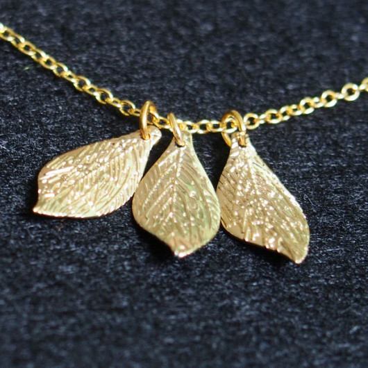 gold-necklace-leaves