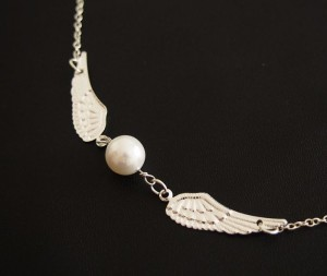 angel-wing-necklace-with-pearl