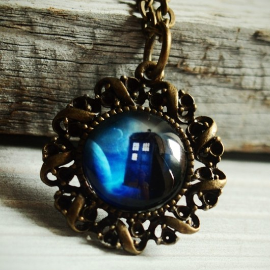 Tardis-necklace-bronze