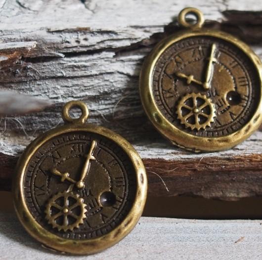 bronze-roman-clock-pendant